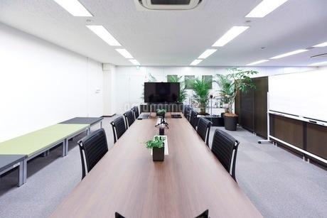 緑のあるオフィスの会議室の写真素材 [FYI03440066]