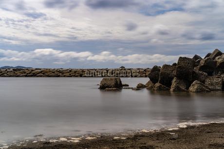 静かな岩と波の写真素材 [FYI03440171]