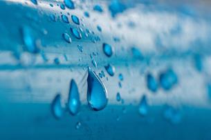 水色のパイプに付いた水滴の写真素材 [FYI03440217]