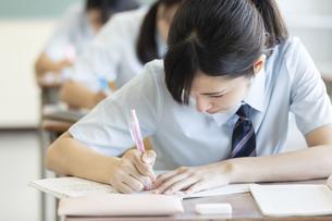 授業を受ける女子学生の写真素材 [FYI03440413]