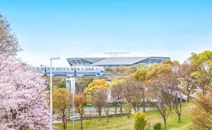 パナソニックスタジアム吹田(市立吹田サッカースタジアム)と大阪モノレールの春の風景の写真素材 [FYI03440456]