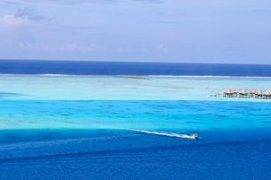 タヒチ、ボラボラ島のラグーンの風景の写真素材 [FYI03440635]