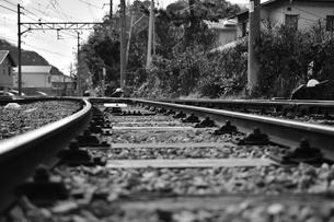 線路ローアングル(モノクローム)の写真素材 [FYI03440652]