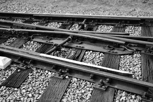線路のポイント部分(モノクローム)の写真素材 [FYI03440653]