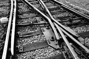 線路のポイント部分(モノクローム)の写真素材 [FYI03440654]