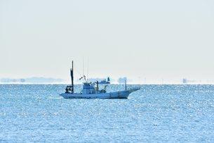 早朝の海と漁船の写真素材 [FYI03440667]