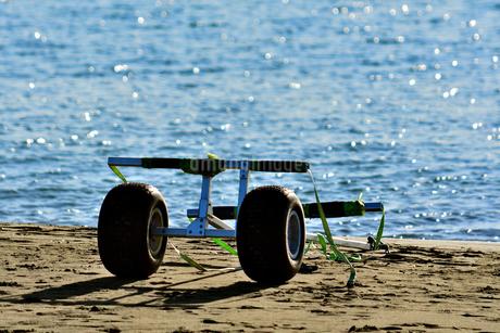 浜辺に置かれたボートキャリーの写真素材 [FYI03440668]