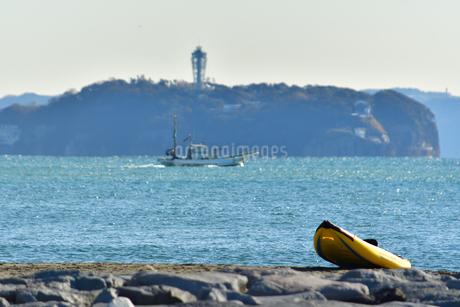 江の島と漁船とカヤックの写真素材 [FYI03440670]