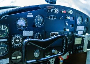 飛行機の操縦席の写真素材 [FYI03440709]