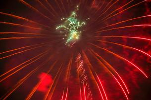 横浜みなとみらいの花火(横浜開港祭2019)の写真素材 [FYI03440713]
