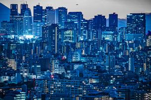 文京シビックセンターからの夕景(新宿方面)の写真素材 [FYI03440739]