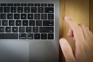 スタイリッシュなノートパソコンのキーボードのイメージの写真素材 [FYI03440751]