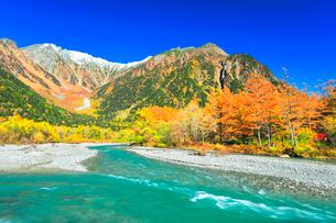 快晴の上高地 梓川の清流と冠雪の穂高連峰に紅葉の写真素材 [FYI03440768]