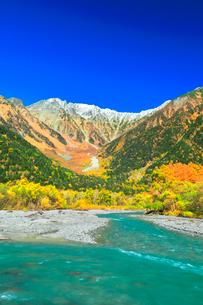快晴の上高地 梓川の清流と冠雪の穂高連峰に紅葉の写真素材 [FYI03440769]
