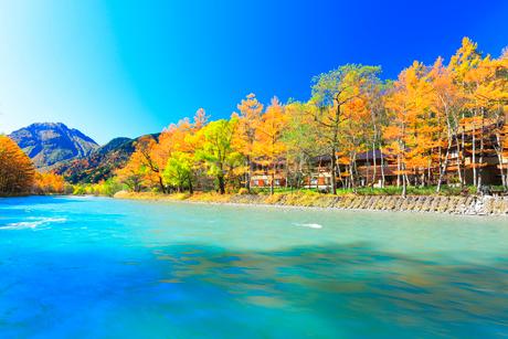 快晴の上高地 梓川の清流と焼岳に紅葉の写真素材 [FYI03440770]