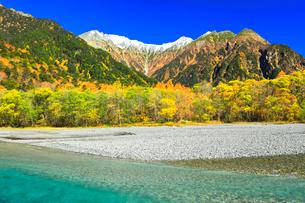 快晴の上高地 梓川の清流と冠雪の穂高連峰に紅葉の写真素材 [FYI03440773]