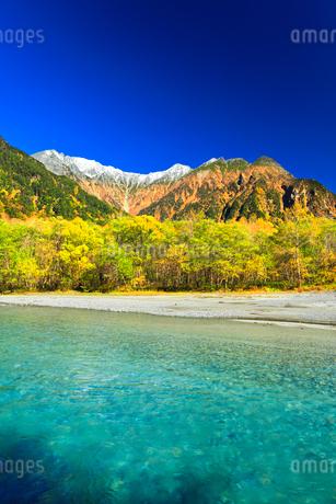 快晴の上高地 梓川の清流と冠雪の穂高連峰に紅葉の写真素材 [FYI03440775]