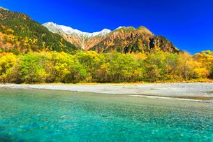 快晴の上高地 梓川の清流と冠雪の穂高連峰に紅葉の写真素材 [FYI03440776]
