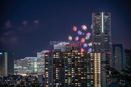 みなとみらいの街並みと花火の写真素材 [FYI03440788]