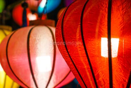 カラフルな夏祭りの提灯の写真素材 [FYI03440800]