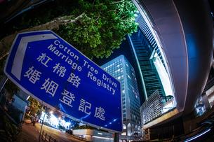 香港特別行政区の高層ビル群の夜景の写真素材 [FYI03440859]