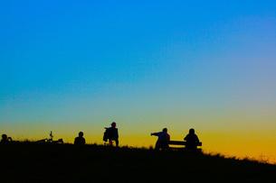 夕暮れの丘イメージの写真素材 [FYI03440870]