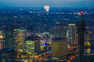 新横浜花火大会(横浜ランドマークタワー展望台から)の写真素材 [FYI03440878]