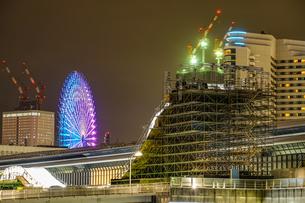 横浜・みなとみらいの高層ビル建設現場の写真素材 [FYI03440905]