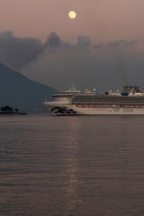 客船と月と桜島の写真素材 [FYI03441114]