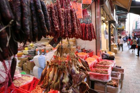 西營盤にある徳輔道西(デ・ヴォー・ロード・ウェスト)の店で売られる中国ソーセージ、海産物の乾物類の写真素材 [FYI03441118]