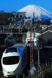 富士山と小田急ロマンスカーVSEの写真素材 [FYI03441162]
