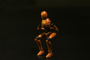 スクワットのポーズをするプラスチック人形の写真素材 [FYI03441242]
