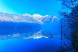 秋の上高地 大正池に霧と冠雪の穂高連峰に紅葉の写真素材 [FYI03441366]