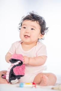 ハンカチを握る生後6か月の女の赤ちゃんの写真素材 [FYI03441414]