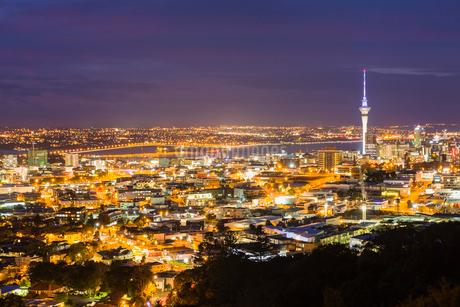 ニュージーランド オークランド マウント・エデンからの夜景とスカイタワーの写真素材 [FYI03441476]