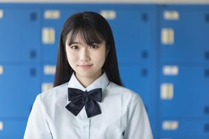 ロッカーの前で微笑む女子学生の写真素材 [FYI03441521]
