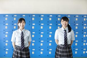 ロッカーの前に立つ女子学生の写真素材 [FYI03441523]