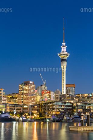 ニュージーランド オークランド バイアダクトからのスカイタワーの写真素材 [FYI03441539]