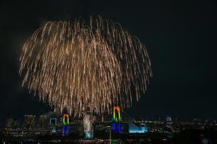 東京都の夜景と花火(お台場レインボー花火2019)の写真素材 [FYI03441575]