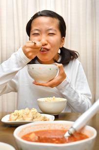 ご飯を食べる女の子の写真素材 [FYI03441679]