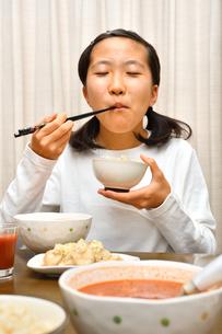 ご飯を食べる女の子の写真素材 [FYI03441680]