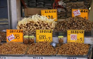 西營盤にある徳輔道西(デ・ヴォー・ロード・ウェスト)の乾物店で売られる日本は宗谷産の干し貝柱。宗谷産が最高級で高価の写真素材 [FYI03441995]