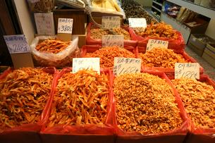 西營盤にある徳輔道西(デ・ヴォー・ロード・ウェスト)の乾物店で売られる多くの種類の「干しエビ」。近海産、タイ産などが高級で高価の写真素材 [FYI03442018]