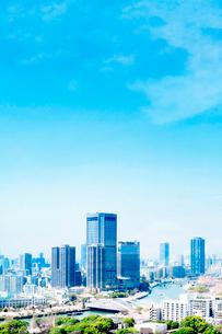 超高層ビルと川と桜の写真素材 [FYI03442243]