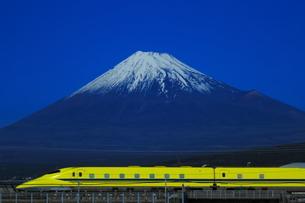 富士山と東海道新幹線ドクターイエローの写真素材 [FYI03442249]