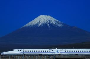 富士山と東海道新幹線N700系の写真素材 [FYI03442250]