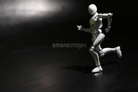 走るポーズをするプラスチック人形の写真素材 [FYI03442428]