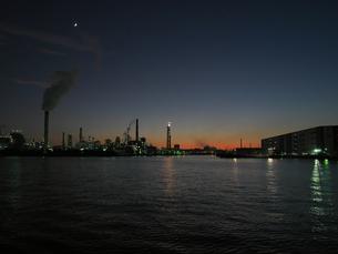 千鳥運河と大師運河から見られるフレアスタックの写真素材 [FYI03442556]