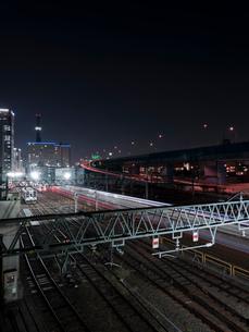 夜景 ビル 線路 高速道路 風景 長時間露光の写真素材 [FYI03442674]