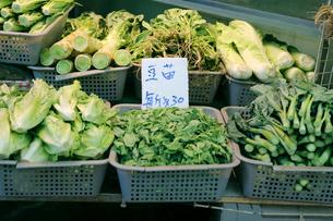 香港・旺角(モンコック/Mong Kok)の青空市場で売られる冬の香港を代表する野菜「豆苗」(中央)右はカイラン菜の写真素材 [FYI03442825]